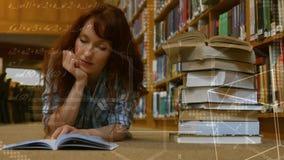 妇女看书,当说谎在地面上时 影视素材