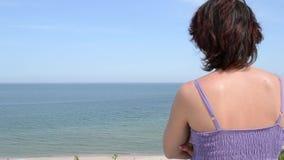 妇女看往海天线 影视素材