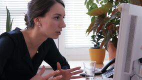 妇女看恼怒屏幕并且降低她的在键盘的头 影视素材