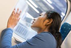 妇女看火车的窗口 免版税库存图片