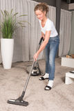 妇女真空清洁地毯 库存照片
