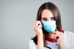 妇女眼睛医生,护士,戴着与空间的纱面具文本的 免版税库存图片