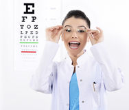 妇女眼镜师或验光师 库存照片