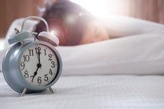妇女睡眠在床上 图库摄影