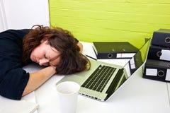 妇女睡着在她的书桌 图库摄影