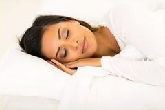 妇女睡觉床 免版税库存照片