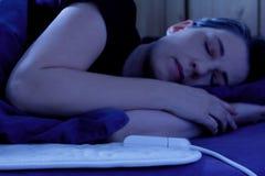 妇女睡觉电热化毯子 免版税图库摄影