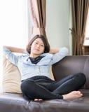 妇女短发放松在客厅 图库摄影