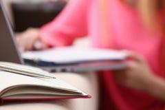 妇女研究给笔记本艰苦写下信息 库存图片