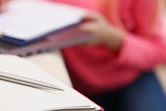 妇女研究给笔记本艰苦写下信息 库存照片