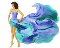 妇女礼服飞行织品,时尚女孩在蓝色挥动的夏天Sk 图库摄影