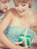 给妇女礼物盒的年轻人 库存图片