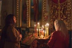 妇女祈祷在复活节 免版税库存图片