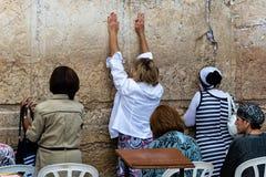 妇女祈祷在西部墙壁 免版税库存照片