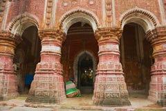 妇女祈祷在Pancharatna Govinda印度寺庙在Puthia,孟加拉国 库存图片