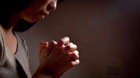妇女祈祷虔诚 库存照片