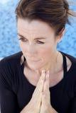 妇女祈祷 免版税库存照片