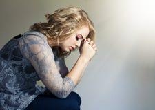 妇女祈祷 库存图片