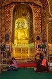 妇女禁止了与祈祷在佛教寺庙的两名妇女的标志, 免版税图库摄影