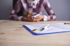 妇女离婚文件敲响房子汽车 免版税库存照片