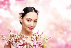 妇女秀丽桃红色花,亚裔时装模特儿女孩 免版税库存照片