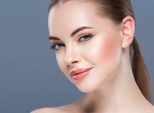 妇女秀丽画象在蓝色背景的护肤概念 库存图片