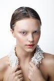 妇女秀丽画象有珍珠项链的 白色和col做 免版税库存照片