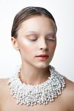 妇女秀丽画象有珍珠项链的 白色和col做 图库摄影