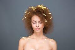 妇女秀丽画象有瓣的在长篇卷曲发型 免版税库存照片
