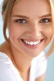 妇女秀丽画象有美好微笑新面孔微笑的 免版税库存图片