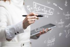 妇女科学家或学生与各种各样的高中算术和科学惯例一起使用 免版税库存图片