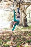 妇女空中箍舞蹈在森林里 库存图片