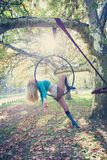 妇女空中箍舞蹈在森林里 免版税库存图片