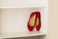 妇女穿上鞋子在架子的舱内甲板在壁橱 免版税图库摄影