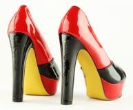 妇女穿上鞋子红色 投反对票 免版税库存图片