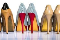 妇女穿上鞋子脚跟 免版税库存图片