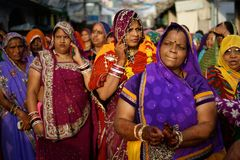 妇女穿五颜六色的衣裳,普斯赫卡尔,印度的小组 免版税库存照片