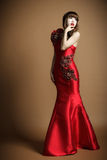妇女穿婚礼礼服 免版税库存照片