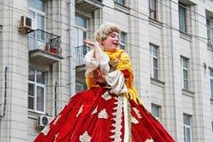 妇女穿戴了在18世纪衣裳和在假发在Tverskaya街上的城市天在莫斯科 库存图片