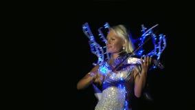 妇女穿戴在一光亮礼服使用 影视素材