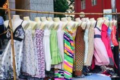 妇女穿戴垂悬在显示在跳蚤市场上 图库摄影