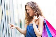 妇女窗口购物 免版税库存图片