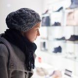 妇女窗口购物 图库摄影