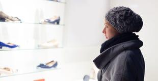 妇女窗口购物 库存照片