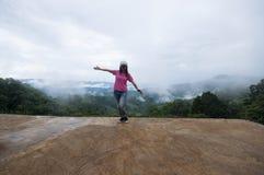 妇女站立的单独狂放的山 库存图片