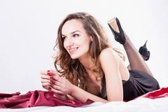 妇女等待的人在床上 免版税库存图片