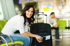 妇女等待的机场 免版税库存照片