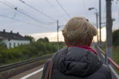 妇女等待的火车 免版税库存图片
