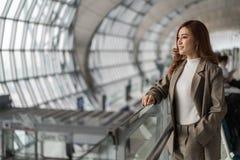 妇女等待的飞行在机场 免版税库存图片