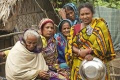 妇女等待他们的从渔的丈夫, Mongla,孟加拉国 免版税库存图片